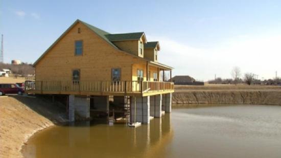 رجل يبني ثقب في منزله ليصطاد السمك من خلاله!