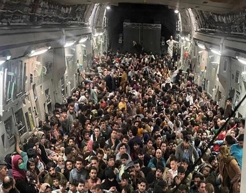 تكدس مئات الأفغان في طائرة شحن للجيش الأميركي بعد سيطرة طالبان على كابل