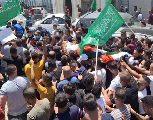 الآلاف يشاركون في تشييع جثمان الناشط السياسي نزار بنات بالخليل .. بالفيديو