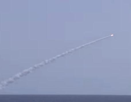 شاهد .. صواريخ كاليبر تنطلق من غواصتين روسيتين باتجاه مواقع تنظيم الدولة في دير الزور