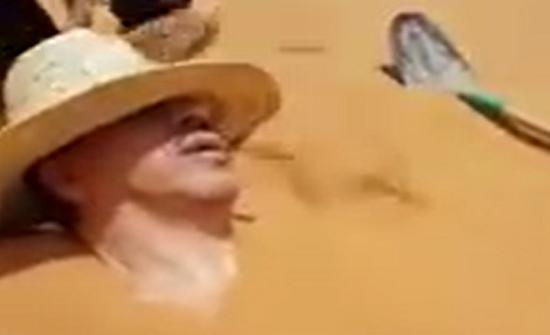 شاهد.. دفن وزير مغربي حيّا في الصحراء