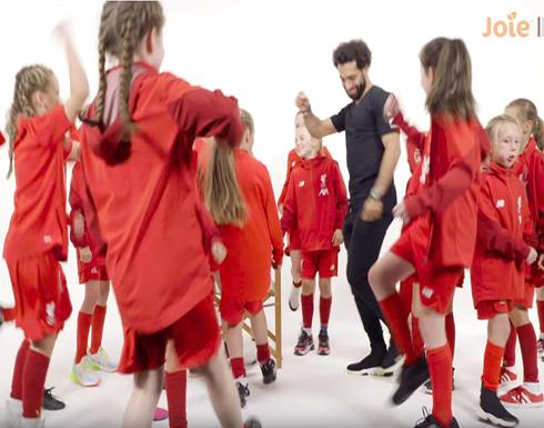 """بالفيديو : مو صلاح يرقص و يلعب دور """"صانع السعادة"""" لناشئات ليفربول"""