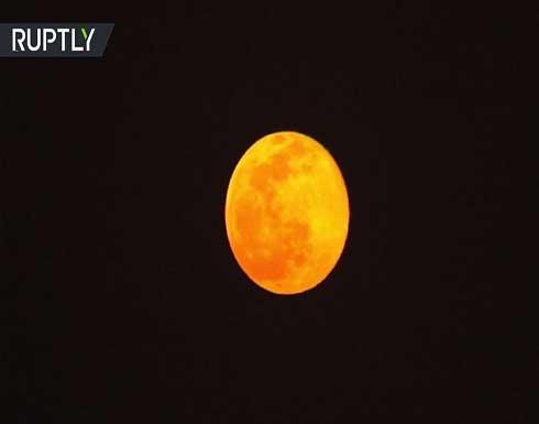"""شاهد : ظاهرة """"القمر الثلجي"""" في سماء طهران"""