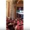 """شاهد .. الأمير محمد بن سلمان يساعد أحد الحضور على التقاط """"سيلفي"""""""