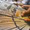 الدولار عالق قرب أقل مستوى في 7 أسابيع مع انحسار مخاوف الحرب التجارية