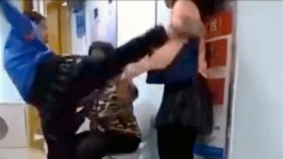 بالفيديو: طفل في التاسعة يركل والدته... لسبب لا يخطر في البال!
