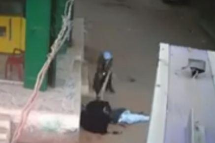 فيديو لا يصدق.. مصري يمطر ابنه بالرصاص أمام والدته