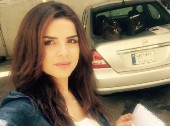 بالفيديو.. مذيعة لبنانية تخلع ملابسها على الهواء
