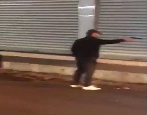 بالفيديو : مسلح يهدد المتظاهرين العراقيين .. وناشطون: يتبع قوات الصدر