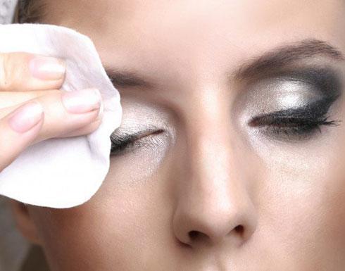 لماذا عليك إزالة مساحيق التجميل قبل النوم