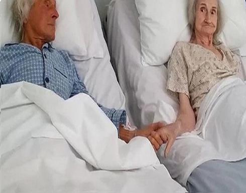 صورة لزوجين مسنين يودعان بعضهما بطريقة مؤثرة