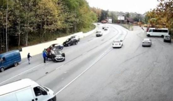 انقلبت سيارته بعد حادث خطير.. فشاهد ماذا فعل الناس
