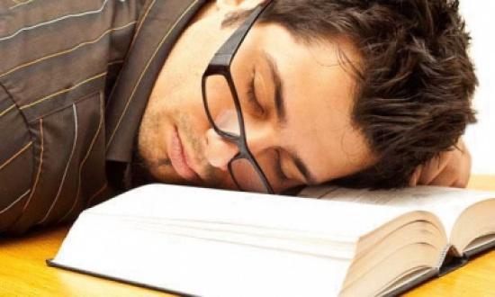 النوم أكثر أهمية من حشو المعلومات طوال الليل قبل الامتحان