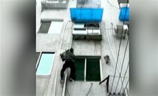 ضابط يتسلق منزلا محترقا لإنقاذ الأرواح (فيديو)