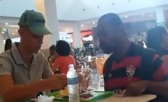 بالفيديو : عامل يطعم رجلا ذا إعاقة