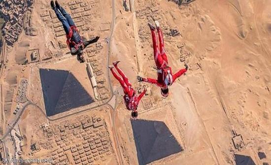 بالفيديو.. استعراض جريء لمغامر وزميلته فوق أهرامات مصر