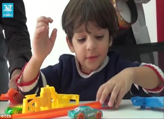 بالفيديو:  طفل هندي يسمع لأول مرة بعد زراعة قوقعة