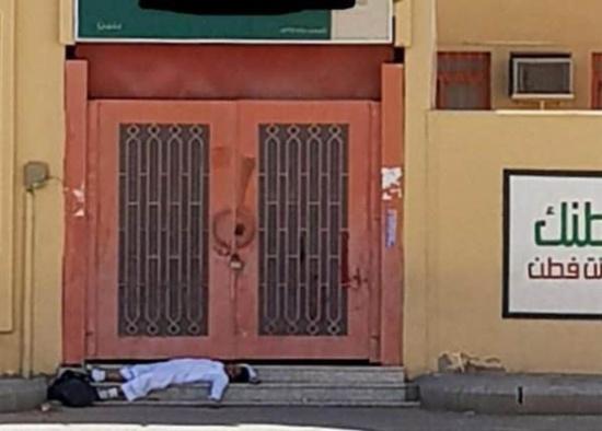 صورة لطالب نائم أمام بوابة مدرسته بعد انتهاء اليوم الدراسي تثير تعاطف المغردين