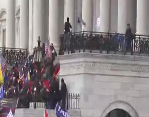 شاهد : متظاهرون من أنصار ترمب يقتحمون مبنى الكونغرس