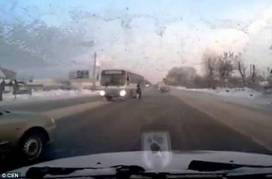 فيديو مروع - كاميرا توثق لحظة نجاة امرأة من حادث بأعجوبة!
