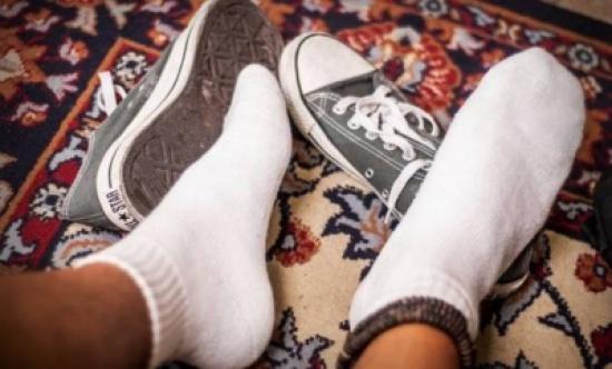 بكتيريا خطيرة.. لماذا عليك خلع حذائك قبل الدخول إلى المنزل؟