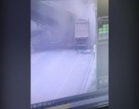 بالفيديو.. شاحنة ضخمة تتسبب في شق جسر إلى نصفين