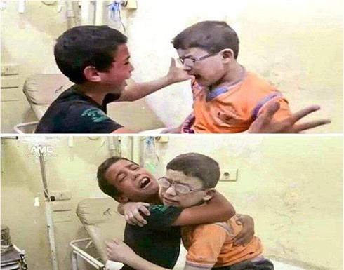 صورة مؤثرة : طفل سوري يرى شقيقه حيا من تحت الأنقاض