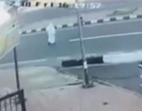 فيديو مؤلم... أسرع لإنقاذ ابنه فتعرّضا للدهس!
