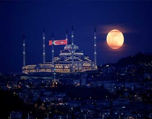 استمتع برؤية القمر الوردي العملاق في سماء 27 أبريل