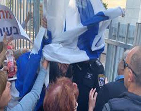 شاهد : متطرفون إسرائيليون يحاولون الاعتداء على رئيس كتلة القائمة العربية المشتركة