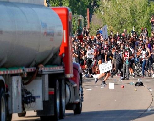 شاهد : سائق ينقضّ بالصهريج على مئات المحتجين الأميركيين