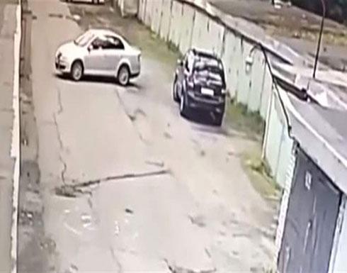 فتاة تركن سيارتها... لن تصدقوا كيف انتهى ذلك (فيديو)
