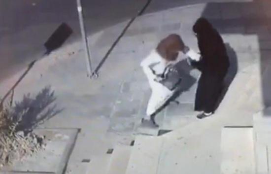 بالفيديو شاب يسرق حقيبة سعودية