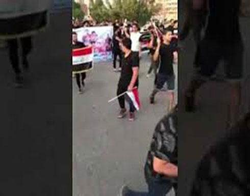 فيديو : تظاهرة سلمية بالبصرة.. ومتطوعون يرممون الأملاك العامة
