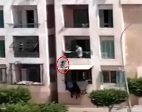 شاهد: مصري يعاقب ابنه بطريقة مروعة.. والطفل يصرخ ويستغيث بالجيران