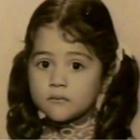بالصورة - هذه الطفلة أصبحت فنانة عربية شهيرة... خمنوا من هي