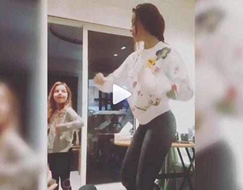 "شاهد.. نادين نسيب نجيم ترقص مع ابنتها: ""فرخ البط عوّام"""