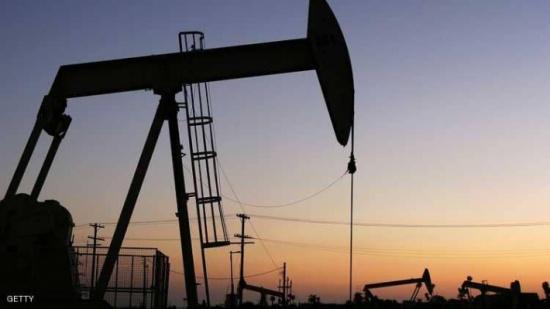 النفط يهبط عن أعلى سعر في 3 سنوات