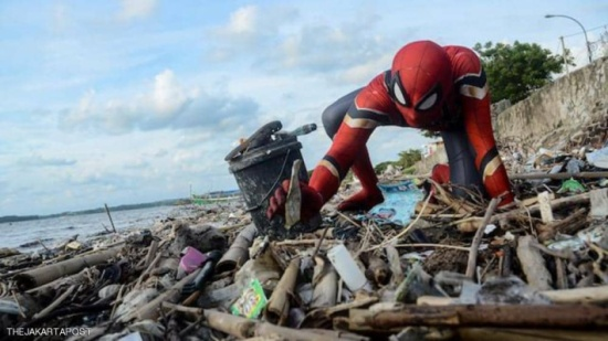 """إندونيسيا.. سبايدرمان في """"مهمة بيئية"""" فاجأت كثيرين"""