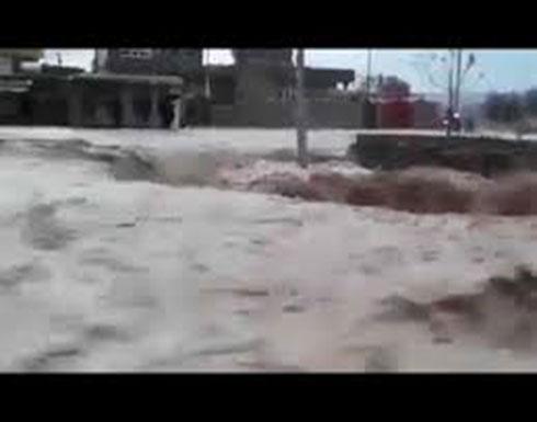 شاهد: سيول تجتاح قضاء خبات بسبب الامطار الغزيرة وهو قضاء يقع غرب مدينة أربيل .