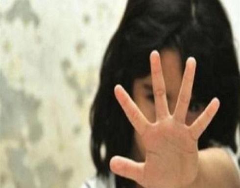 هندي يعتدي على  طفلة ويفقع عينيها كي لا تتعرف علىه
