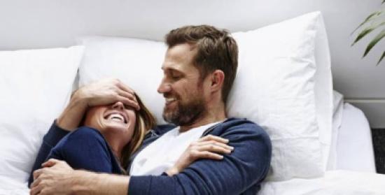 ما الذي يجذب الرجل الى المرأة الأكبر سنًا؟