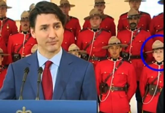 شاهد.. عسكريون كنديون يتساقطون كأوراق الشجر خلف ترودو!