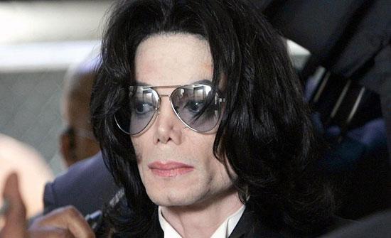 بالصور : وشم في مكان غريب .. مايكل جاكسون يثير الجدل بعد تشريح جسده