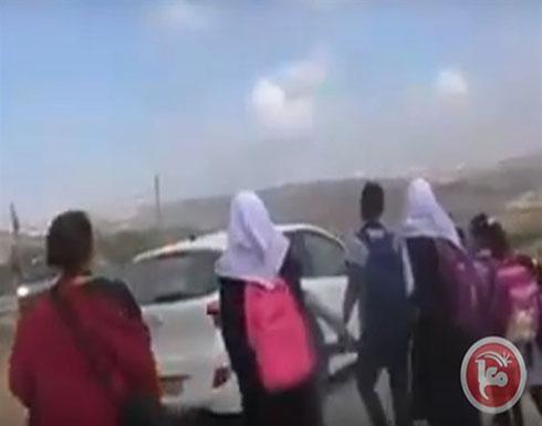 مستوطن يمنع طلبة فلسطينيين من الوصول لدوامهم في مدرسة بالخليل