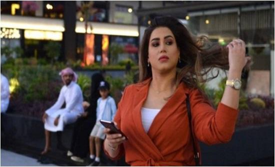 """السعودية مشاعل الجلعود ترقص وتتمايل داخل سيارتها وتعلق: """"تأثير الخمور"""" (فيديو)"""