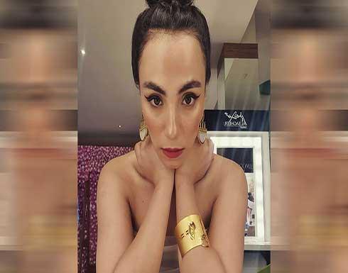 في نهار رمضان.. زينب غريب ترقص حافية بوسط البلد (فيديو)