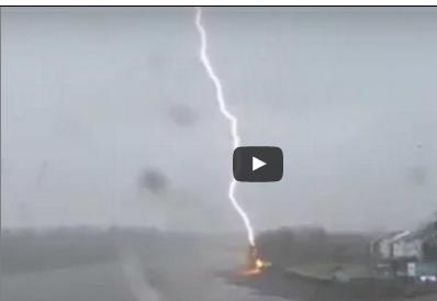 بالفيديو: صاعقة تضرب نهر التايمز أثناء سباق قوارب