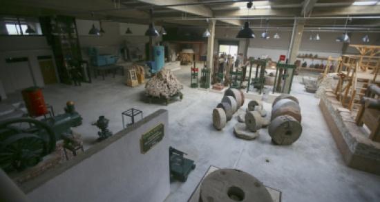 """بالصور:- تركي يختصر 3 آلاف سنة من """"عصر الزيتون"""" في متحف"""