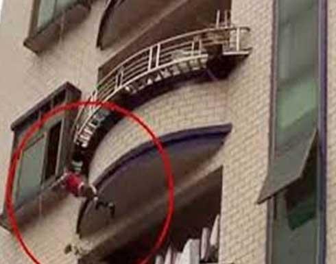 مصري يرمي زوجته من شرفة الطابق الثالث .. تفاصيل وصورة